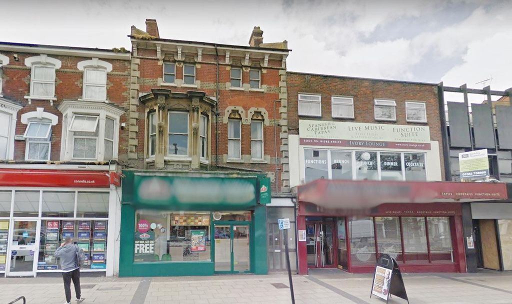 Aura Estates Ltd are delighted to offer This Huge 2 Bedroom Flat the Rental Market……..Located on High Street North, Dunstable, LU6…..  ***CURRENTLY BEING RENOVATED*** ***AVAILABLE END OF FEBRUARY*** ***Two Flats To Rent***